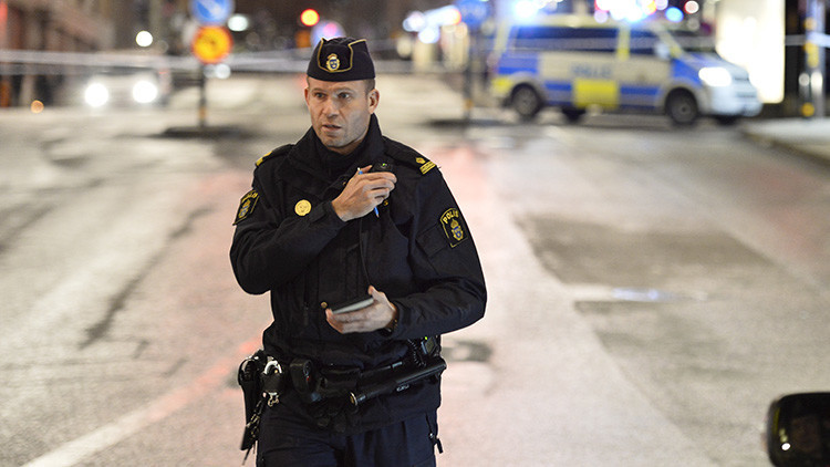 VIDEO: Queman coches en disturbios contra la Policía en la capital de Suecia