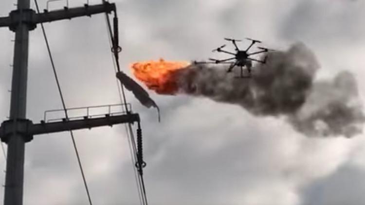 Video: Usan un dron lanzallamas para limpiar la basura suspendida en líneas eléctricas