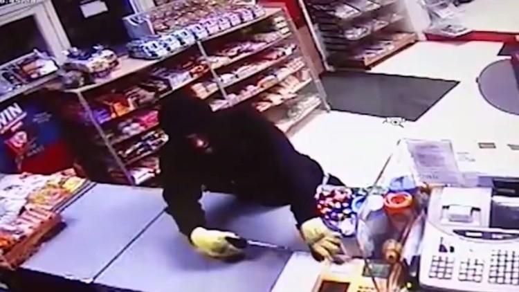 Intenta robar una tienda de dos ancianos, pero no esperaba esto