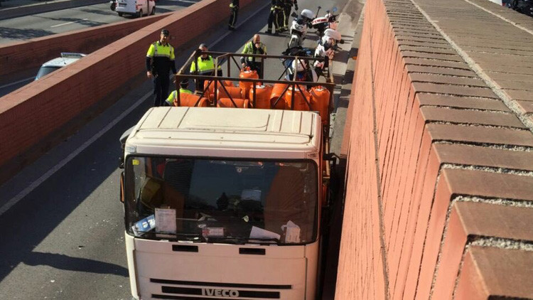 Persecución a tiros al ladrón de un camión de gas que marchaba en sentido contrario en Barcelona