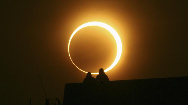 Dónde y a qué hora ver el espectacular eclipse solar de este domingo