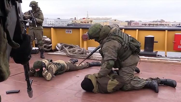 VIDEO: Infantes de Marina rusos 'liberan' un buque secuestrado por piratas imaginarios