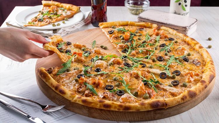 El presidente de Islandia 'declara la guerra' a la pizza con piña e Internet no se lo perdona
