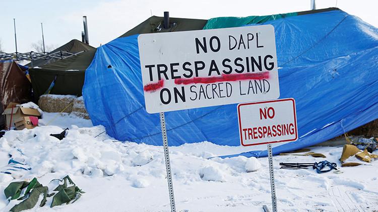 Dakota Access: Manifestantes contra el oleoducto incendian el campamento poco antes de su evacuación
