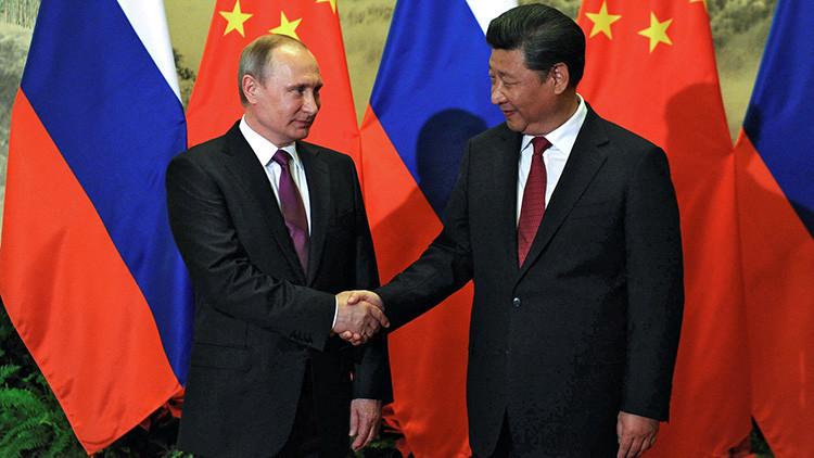 """'Foreign Affairs': La """"mejor estrategia"""" para EE.UU. sería cooperar tanto con Rusia como con China"""