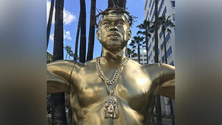 Una estatua del rapero Kanye West 'crucificado' aparece en mitad de Hollywood