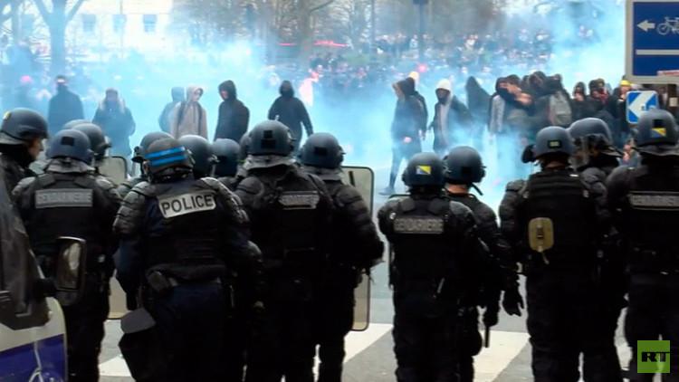 Lanzan gases lacrimógenos en una protesta en París contra los abusos policiales (VIDEO)