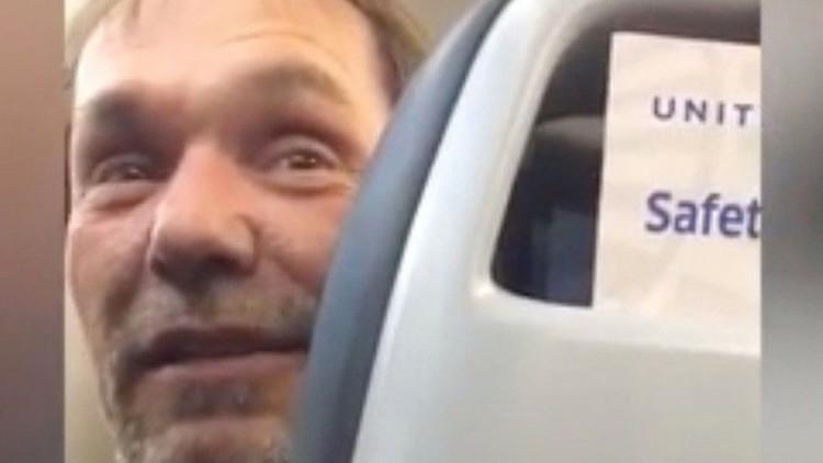 VIDEO: Obligan a un hombre a bajarse de un avión por sus comentarios contra inmigrantes