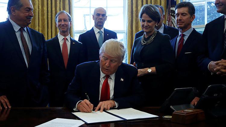 Trump firma un decreto para recortar las regulaciones federales