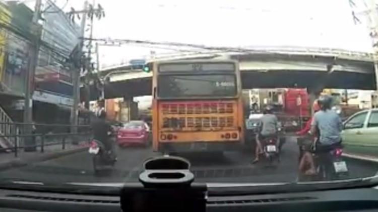 'Torea' a la muerte en una carretera de Bangkok