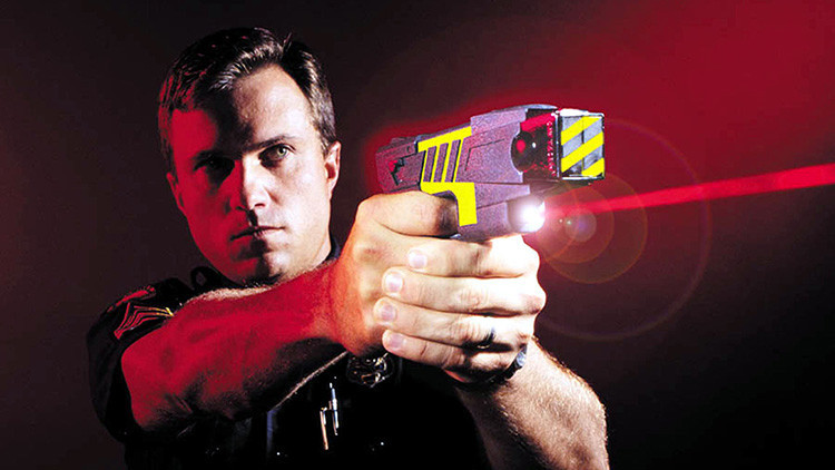 Policías británicos aturden a un ciego con un táser al confundir su bastón con un arma