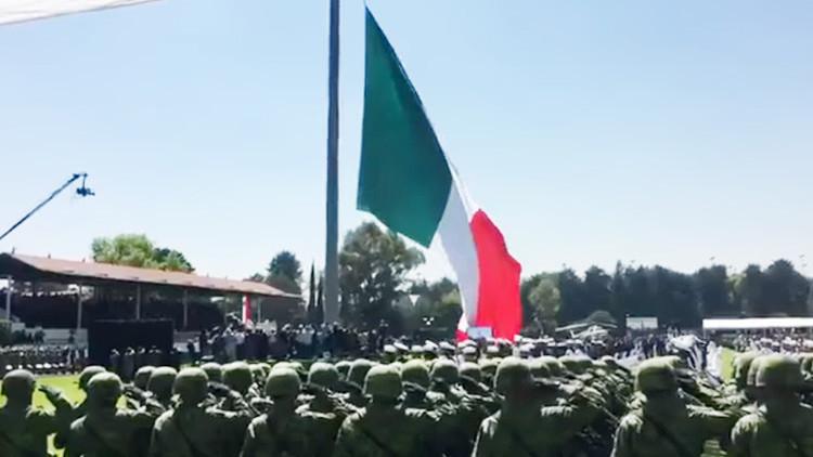 Video: La bandera mexicana se rasga frente a Peña Nieto en una ceremonia