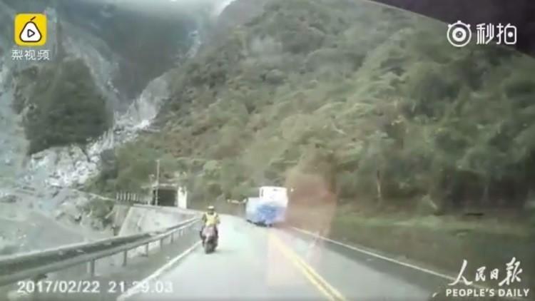 Un motorista cae por un precipicio tras ser embestido por un coche (FUERTES IMÁGENES)