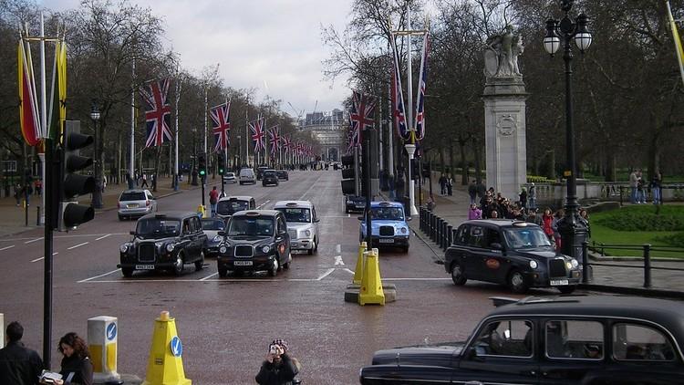 Un auto embiste contra transeúntes en Londres: cinco personas heridas