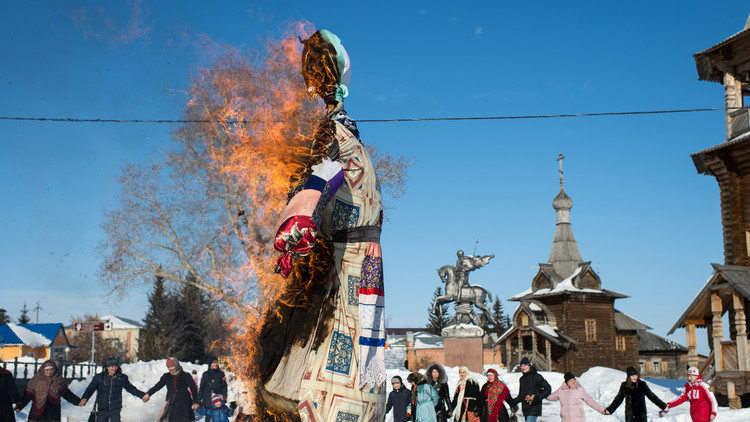 ¡Estos rusos están locos!: Los eslavos despiden el invierno con una tradicional festividad milenaria