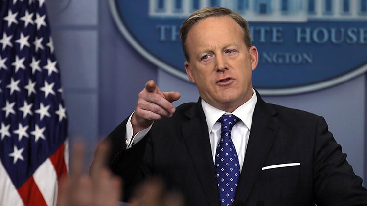 El portavoz presidencial de EE.UU. revisa los teléfonos de los empleados de la Casa Blanca