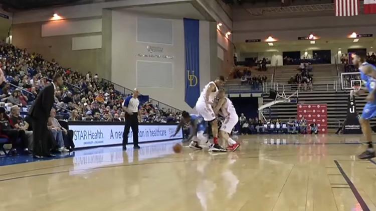 Baloncestista de 1,75 metros de altura se cuela entre las piernas de un rival durante un partido
