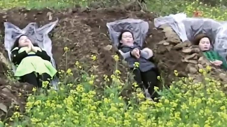 La insólita razón por la que algunas mujeres chinas 'se acuestan' en fosas (Video)