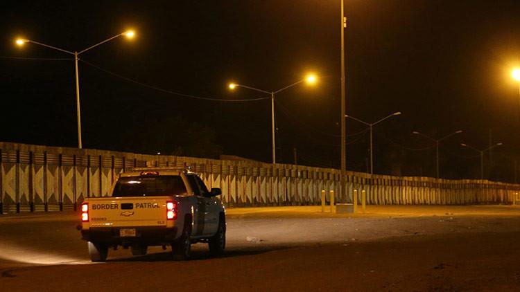 VIDEO: Camionetas mexicanasirrumpen en EE.UU. por el agujero de una valla fronteriza