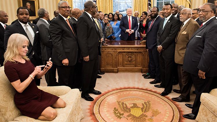 Una desinhibida postura de la asesora de Trump en una recepción en la Casa Blanca enciende las redes