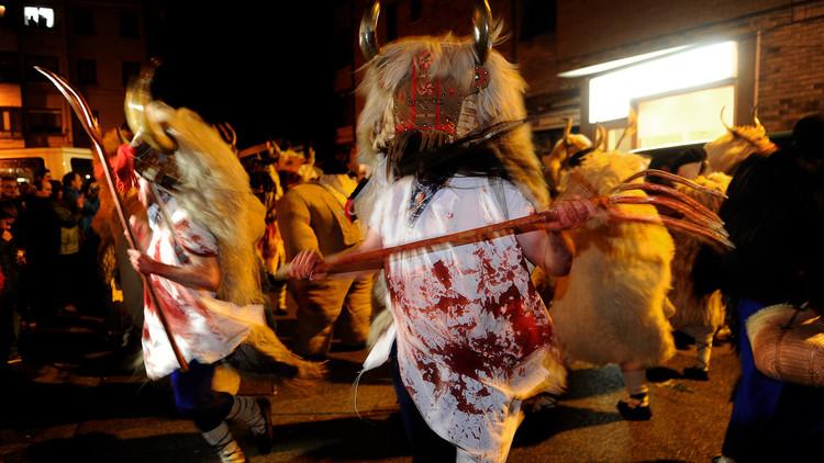 VIDEO: Hombres cubiertos de sangre disfrazados de Momotxorro desfilan en un pueblo español
