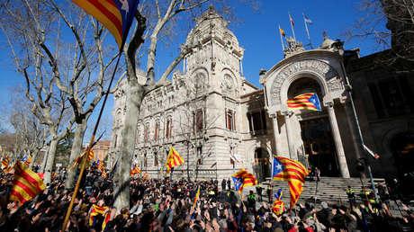 El expresidente de Cataluña Artur Mas y las exconselleras Joana Ortega e Irene Rigau saliendo del juzgado tras el primer día de juicio