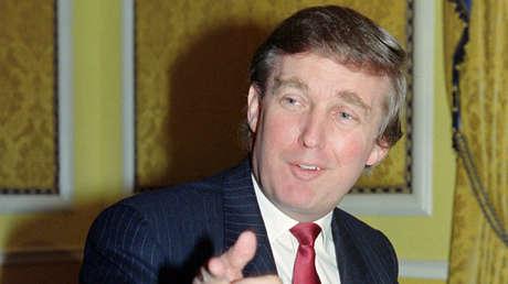 Trump responde a los periodistas preguntas sobre el divorcio de su primera esposa. Diciembre de 1990