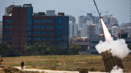 Un lanzador del sistema antiaéreo israelí Cúpula de Hierro dispara un cohete interceptor en la ciudad de Ashdod el 11 de julio de 2014.