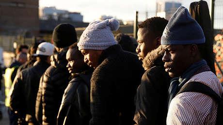 Migrantes cerca del centro de refugiados en inmediaciones de Porte de la Chapelle (París, Francia), el 28 de enero de 2017.