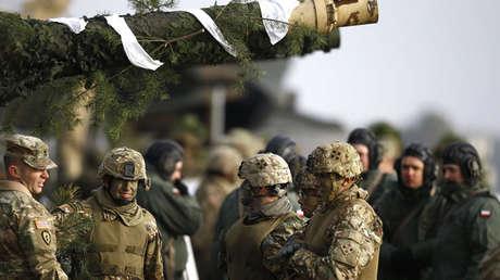 Soldados estadounidenses y polacos