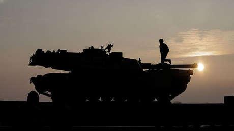 Soldados de EE.UU. preparan un tanque M1 Abrams para descargarlo de un tren en la basen aérea Mihail Kogalniceanu (Rumania)