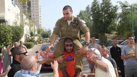 El soldado israelí Elor Azaria recibe una calurosa acogida por compañeros y parientes de regreso a casa en abril de 2016