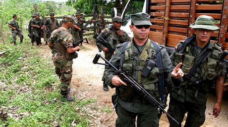 Policías colombianos patrullan un camino cerca de San Pedro de Urabá. El 3 de mayo de 2004.