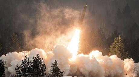 El lanzamiento de un misil del sistema de misiles táctico-operativos Tochka en la región rusa de Leningrado.