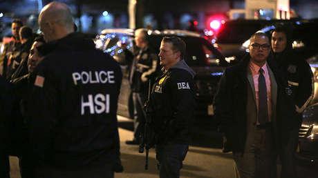 Agentes de seguridad cerca de una caravana que, supuestamente, traslada a 'El Chapo' en Nueva York, EE.UU.
