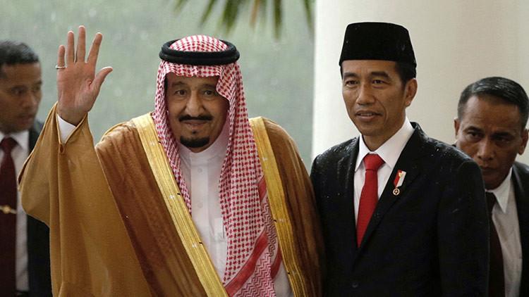 FOTOS: El rey de Arabia Saudita desembarca en Yakarta en una escalera eléctrica dorada