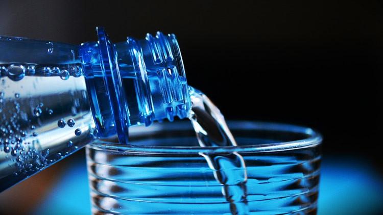 Advierten que un químico utilizado para fabricar botellas de plástico puede ser tóxico