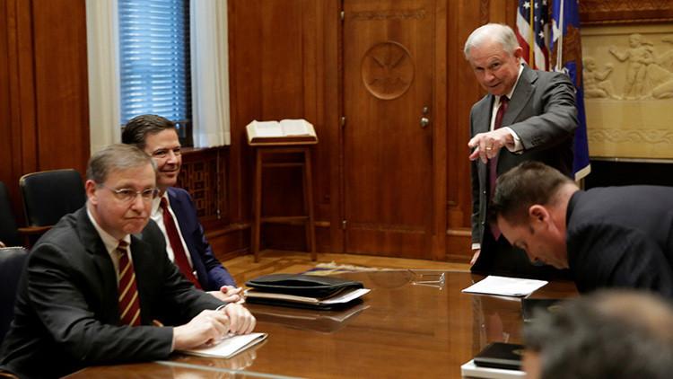 Una 'telenovela de espías': Acusan al fiscal general de EE.UU. de mantener contactos con Moscú
