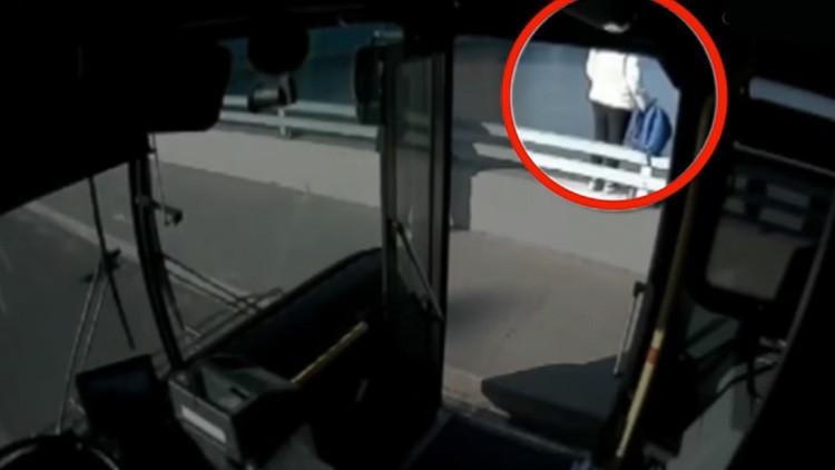 """""""Tiene un mal día, ¿puedo abrazarla?"""": Conductor de bus evita que una mujer salte al vacío (video)"""