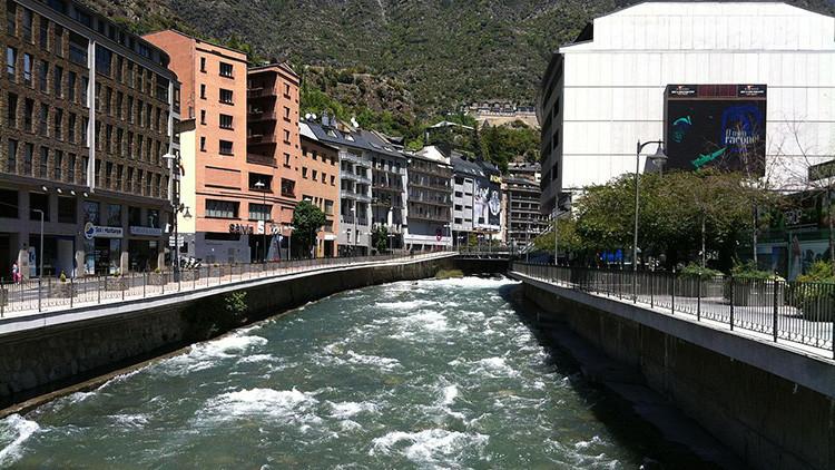 Un río se tiñe de verde fosforescente y causa alarma en Andorra y España