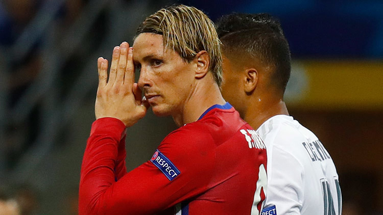 Un choque brutal deja inconsciente al futbolista Fernando Torres (VIDEO)