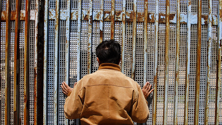 Diputado mexicano se sube a la valla fronteriza para mostrar la absurdidad de los planes de Trump