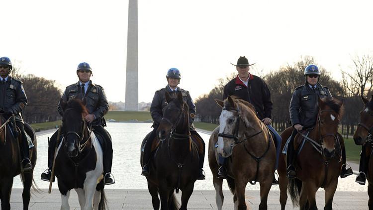 Video: El nuevo secretario de Interior de EE.UU. llega a su oficina a caballo, al estilo cowboy