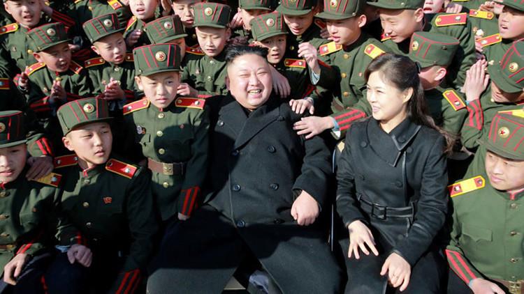Kim Jong-un planta árboles con los alumnos de una escuela en Pionyang (FOTOS)