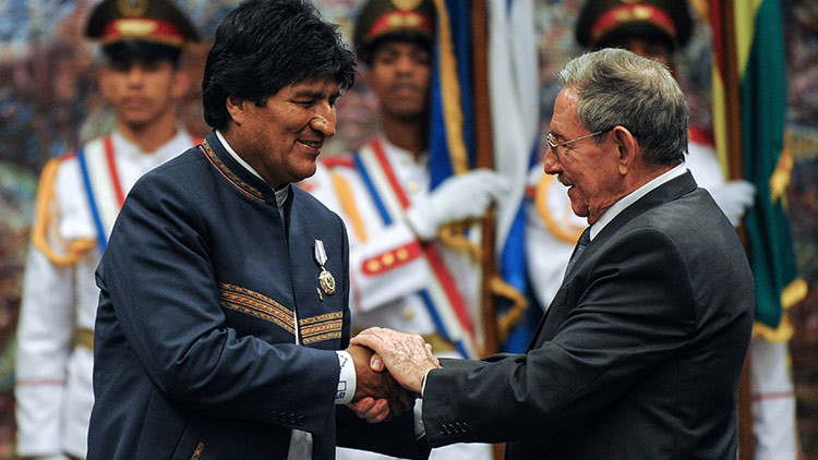 Raúl Castro visita a Evo Morales mientras se recupera en Cuba (FOTOS)