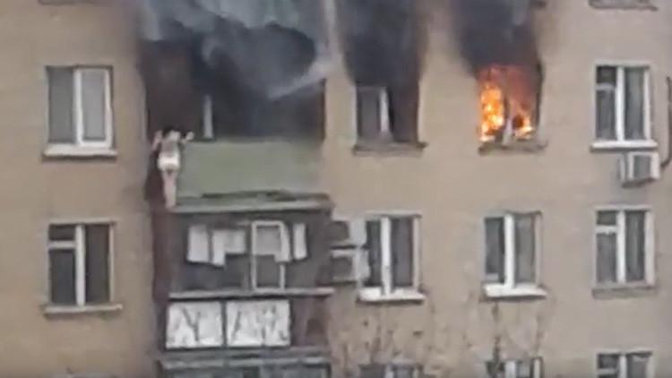 FUERTE VIDEO: Una mujer salta de un 8° piso durante un incendio