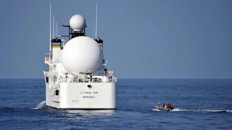 Un buque de la Armada de EE.UU. cambia de rumbo tras el acercamiento de embarcaciones iraníes