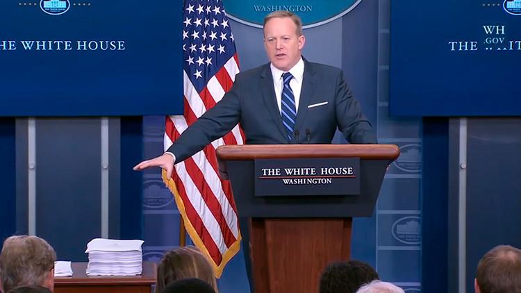 """""""¡Miren el tamaño!"""": La llamativa comparación de Sean Spicer que generó burlas en Internet"""