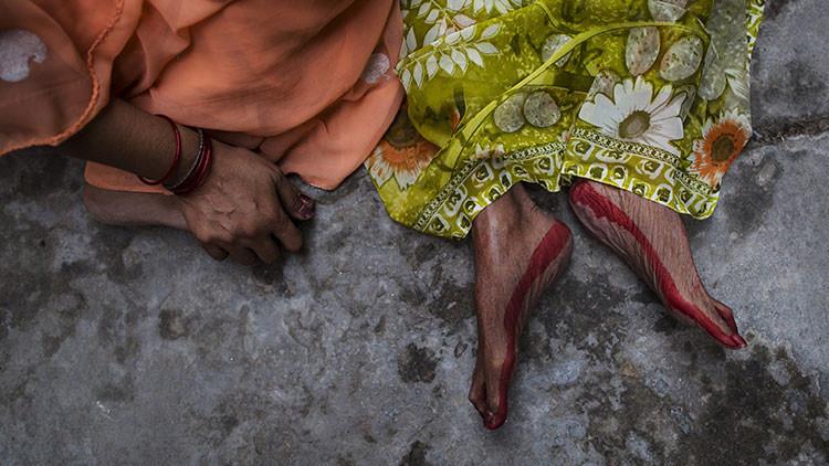 Un periodista come cerebro humano durante un reportaje a caníbales en la India