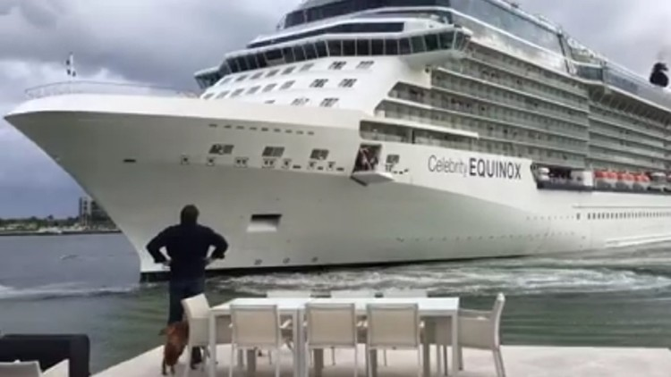 Una pareja vive el angustioso momento en que un barco está a punto de embestir su casa